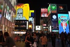 OSAKA, JAPAN - OCT 23: De mensen bezoeken beroemde Dotonbori-straat Royalty-vrije Stock Afbeelding