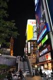 OSAKA, JAPAN - OCT 23: De mensen bezoeken beroemde Dotonbori-straat Royalty-vrije Stock Afbeeldingen
