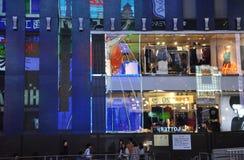OSAKA JAPAN - OKTOBER 23: Folket besöker den berömda Dotonbori gatan Arkivfoto