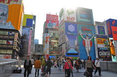OSAKA, JAPAN - 23. OKTOBER: Leute besuchen berühmte Dotonbori-Straße Lizenzfreie Stockfotografie