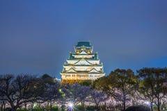 Osaka, Japan in Osaka Castle tijdens de bloesemse van de de lentekers stock afbeeldingen