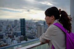 Osaka Japan - September 27: Oidentifierade flickor tycker om sikten på den Umeda himmelbyggnaden på September 27, 2016 Arkivfoto