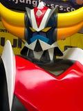 Osaka Japan: Stäng sig av tappningstatyn av den ufoRobo Grendizer roboten i leksaker shoppar upp arkivfoton