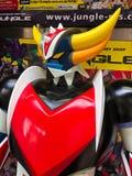 Osaka Japan: Stäng sig av tappningstatyn av den ufoRobo Grendizer roboten i leksaker shoppar upp royaltyfri bild