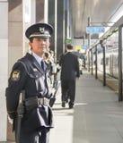 Osaka - 2010: Japanischer Offizier in einem Bahnhof lizenzfreies stockbild