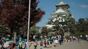 Osaka Japon - november7,2018 : attraction japonaise d'étudiant au château un d'Osaka de l'endroit culturel important d'histoire à clips vidéos
