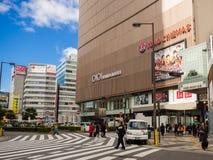 OSAKA JAPONIA, LIPIEC, - 02, 2017: Niezidentyfikowani ludzie chodzi blisko duzi budynki w Osaka, Japonia pejzaż miejski w Abeno Zdjęcia Stock