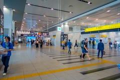 OSAKA JAPONIA, LIPIEC, - 18, 2017: Niezidentyfikowani ludzie przy Kansai lotniskiem międzynarodowym, Osaka Ja jest lotniskiem mię Zdjęcia Royalty Free