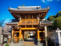 OSAKA JAPONIA, LIPIEC, - 02, 2017: Piękna stara dziejowa świątynia przy Osaka Fotografia Royalty Free