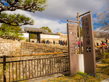 OSAKA JAPONIA, LIPIEC, - 02, 2017: Tłum ludzie przy Osaka wchodzić do piękna stara dziejowa świątynia Obraz Stock