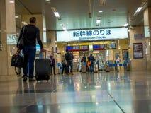 Osaka, Japonia - 27 2017 Listopad: Niezidentyfikowani ludzie chodzi przy Hankyu Umeda stacją w Osaka Japonia Fotografia Stock