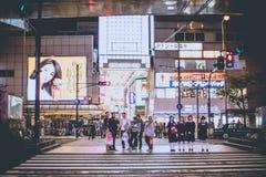 OSAKA JAPONIA, LISTOPAD, - 5, 2015: Osaka przy nocą, Pokazuje turystykę w Osaka przyciąganiu przy nocy działaniem przy crosswalk, Fotografia Stock