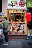 Osaka Japonia, Listopad, - 2 2018: Szef kuchni gotuje Takoyaki balowe kluchy lub ośmiornic piłki Osaka japan fotografia royalty free