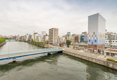 OSAKA JAPONIA, MAJ, - 26, 2016: Miasto drapacze chmur nad rzeką Os Obrazy Stock