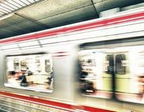 OSAKA JAPONIA, MAJ, - 28: Pociąg przy Osaka stacją na Maju 28, 2016 wewnątrz Obrazy Stock