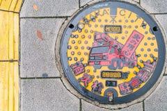 OSAKA JAPONIA, Nov, - 19 2016: Manhole pokrywa w Osaka, Japonia Fotografia Stock