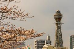 Osaka, JAPONIA - OKOŁO Kwiecień, 2019: Tsutenkaku wierza jest punktem zwrotnym, reklamuje Hitachi, Japonia i, basztowym i słynn obrazy stock