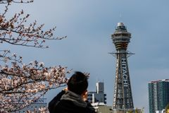 Osaka, JAPONIA - OKOŁO Kwiecień, 2019: Tsutenkaku wierza jest punktem zwrotnym, reklamuje Hitachi, Japonia i, basztowym i słynn fotografia royalty free