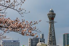 Osaka, JAPONIA - OKOŁO Kwiecień, 2019: Tsutenkaku wierza jest punktem zwrotnym, reklamuje Hitachi, Japonia i, basztowym i słynn obrazy royalty free