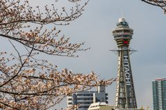 Osaka, JAPONIA - OKOŁO Kwiecień, 2019: Tsutenkaku wierza jest punktem zwrotnym, reklamuje Hitachi, Japonia i, basztowym i słynn zdjęcia royalty free