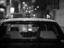 Osaka Japonia, Wrzesień, - 29: Taxi w deszczu w Osaka śródmieściu na Wrześniu 29, 2016 w Osaka, Japonia Zdjęcia Royalty Free