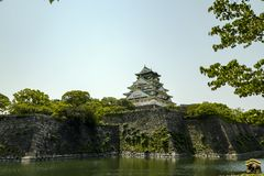 Osaka kasztel ?rodkowy wierza Kasztel jest jeden Japonia ` s najwi?cej s?awnych punkt?w zwrotnych Przeglądać od Zewnętrznej fosy zdjęcia stock