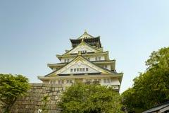 Osaka kasztel ?rodkowy wierza Kasztel jest jeden Japonia ` s najwi?cej s?awnych punkt?w zwrotnych Przegl?da? od Nishinomaru ogr?d obraz royalty free