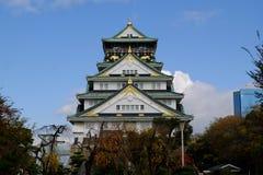 Osaka kasztel z niebieskiego nieba tłem przy Osaka, Japonia obraz royalty free