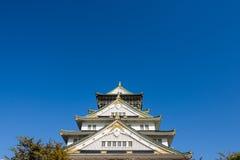 Osaka kasztel z pięknym niebieskim niebem przy Osaka miastem, Japonia Obrazy Royalty Free