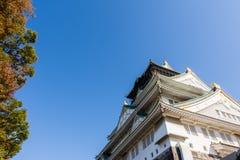 Osaka kasztel z pięknym niebieskim niebem przy Osaka miastem, Japonia Zdjęcie Royalty Free