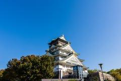Osaka kasztel z pięknym niebieskim niebem przy Osaka miastem, Japonia Fotografia Stock