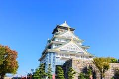 Osaka kasztel z pięknym niebieskim niebem przy Osaka miastem, Japonia Zdjęcie Stock