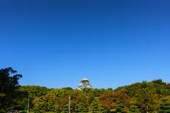 Osaka kasztel z pięknym niebieskim niebem przy Osaka miastem, Japonia Fotografia Royalty Free