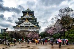 Osaka kasztelu park, turysta tłoczy się odwiedzać ikonowego Japońskiego landm Zdjęcie Stock