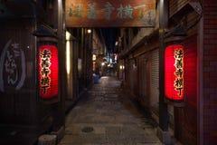 Osaka, Listopad - 24 2018: Czerwoni lampiony w Hozenji Yokocho, stary przesmyk i brukująca ulica obok Dotombori terenu w Osaka, obrazy stock