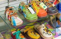 OSAKA - MEI 26, 2016: De kleurrijke de schoenenwinkel van Maling Het is F Royalty-vrije Stock Afbeeldingen