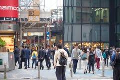 OSAKA-NOV 11: Mänsklig trafik för centrumvisning av Osaka i Japan på NOVEMBER 11, 2015 Royaltyfri Foto