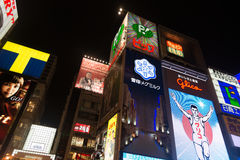 Osaka på natten runt om Gulico kommersiellt neonljus Royaltyfri Foto