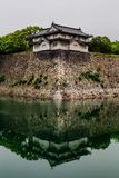 Osaka-Schlosswände, die im Wasser sich reflektieren lizenzfreie stockbilder