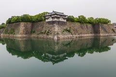 Osaka-Schlosswände, die im Wasser sich reflektieren stockfotografie