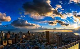 Osaka Skyline debajo de un sol poniente imagen de archivo