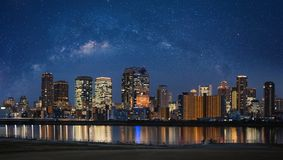Osaka stadssikt i Kansai, Japan på natten med stjärnklar himmel Panorama- stadsbakgrund royaltyfri fotografi