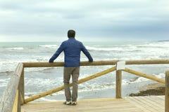 Osamotneni mężczyzna patrzeje morze Zdjęcie Royalty Free