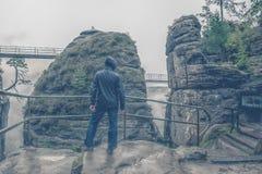 Osamotneni smutni mężczyzna niezidentyfikowani stojaki w mgle na górze falezy i deszczu Ewentualna samobójstwo próba Fotografia Stock