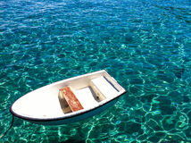 Osamotniona łódź ilustracja wektor