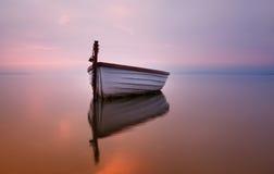 Osamotniona łódź na jeziorze Obrazy Royalty Free