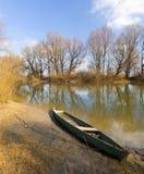 Osamotniona łódź na rzece Obrazy Royalty Free