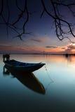 Osamotniona łódź na wodzie z odbiciem Fotografia Royalty Free