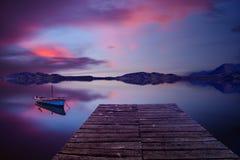 osamotniona łódź w spokojnym jeziorze Obraz Royalty Free