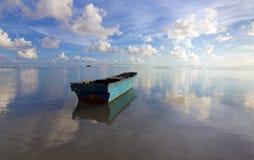 Osamotniona łódź z niebieskim niebem Fotografia Royalty Free